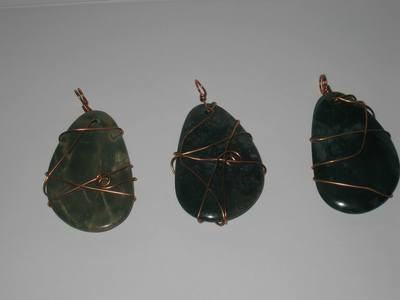 3 Green jasper semi-precious stone wrapped pendents/ 3 Pendentifs de pierres de jaspe vert  enroule