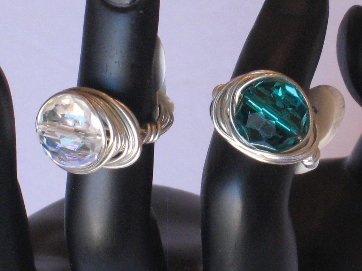 2 WRAPPED GLASS BEADED RINGS/ 2 ANNEAUX DE PERLE DE VERRE ENROULE EN FIL