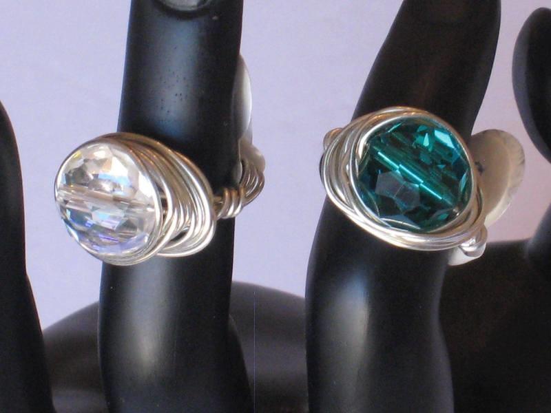 2 WRAPPED GLASS BEADED RINGS/ 2 ANNEAUX DE PERLE DE VERRE ENROULE EN FIL