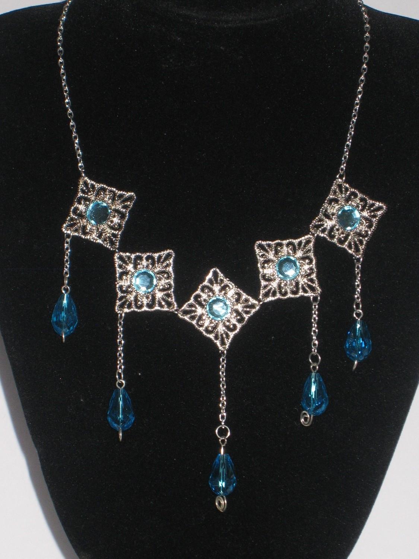 Crowning Necklaces in several colors/ Colliers Couronnement en plusieurs couleurs