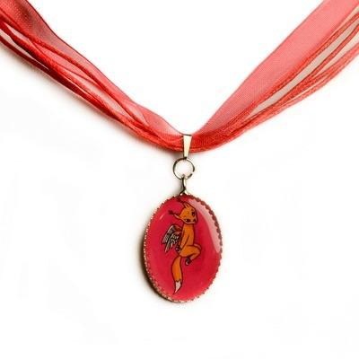 Красное шифоновое ожерелье с кулоном
