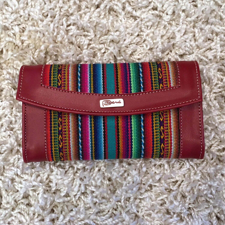 Portefeuille rouge en similicuir avec application de tissu péruvien