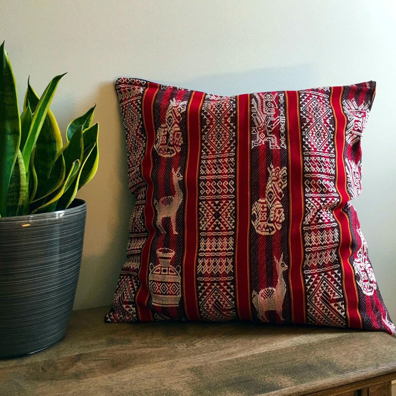Housse de coussin péruvien faite à la main de couleur rouge, décor bohème