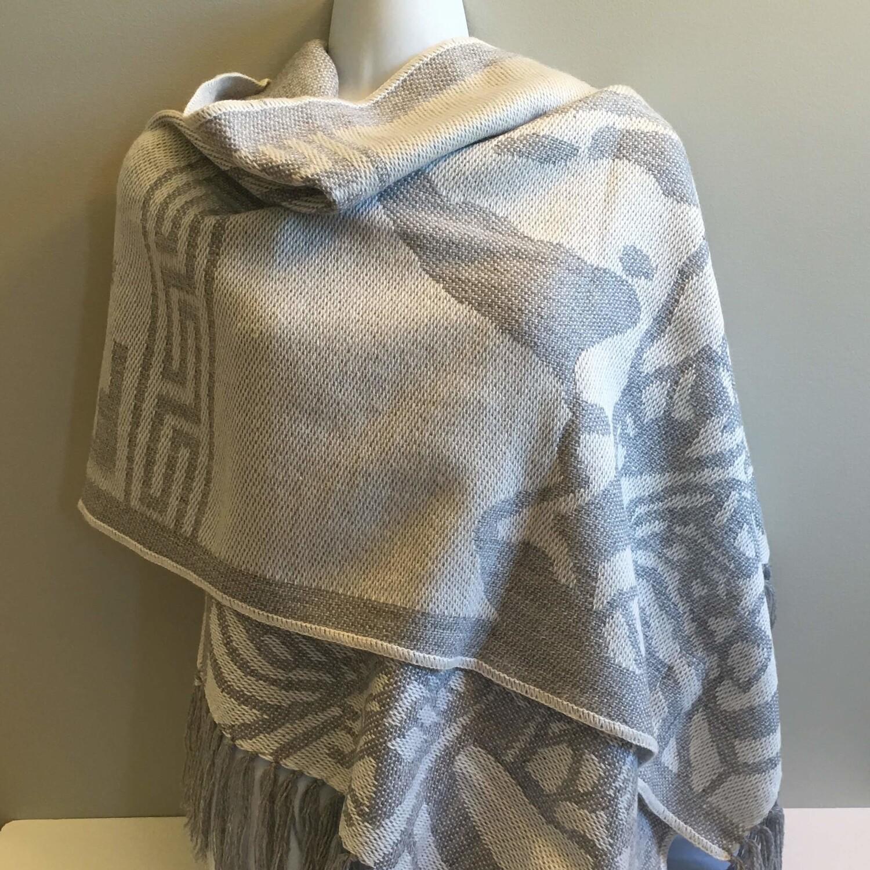 Écharpe grise argent en laine d'alpaga avec motifs péruviens