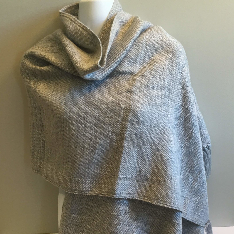 Écharpe grise claire en laine d'alpaga avec motifs péruviens