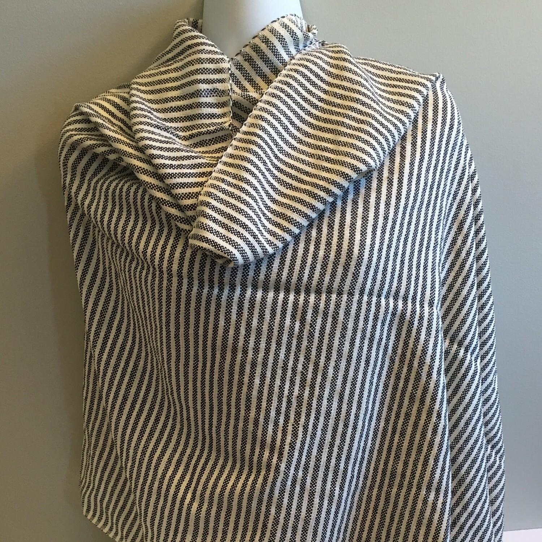 Écharpe rayée noire et blanche en tricot de lin
