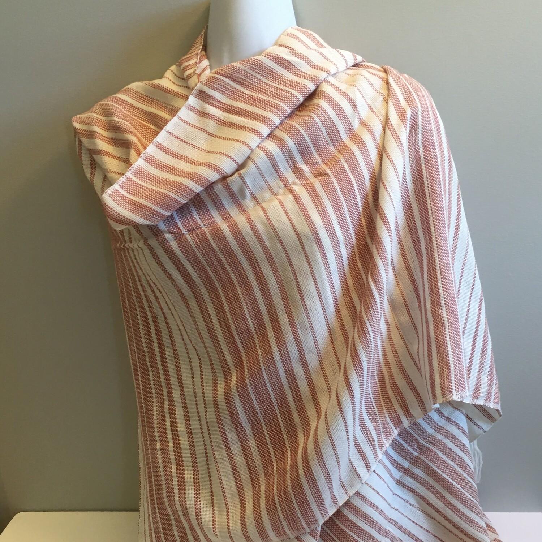 Écharpe rayée rose pâle et blanche en tricot de lin
