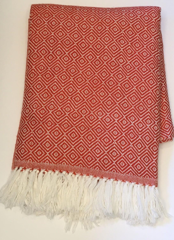 Couverture rouge corail en alpaga avec motifs géométriques