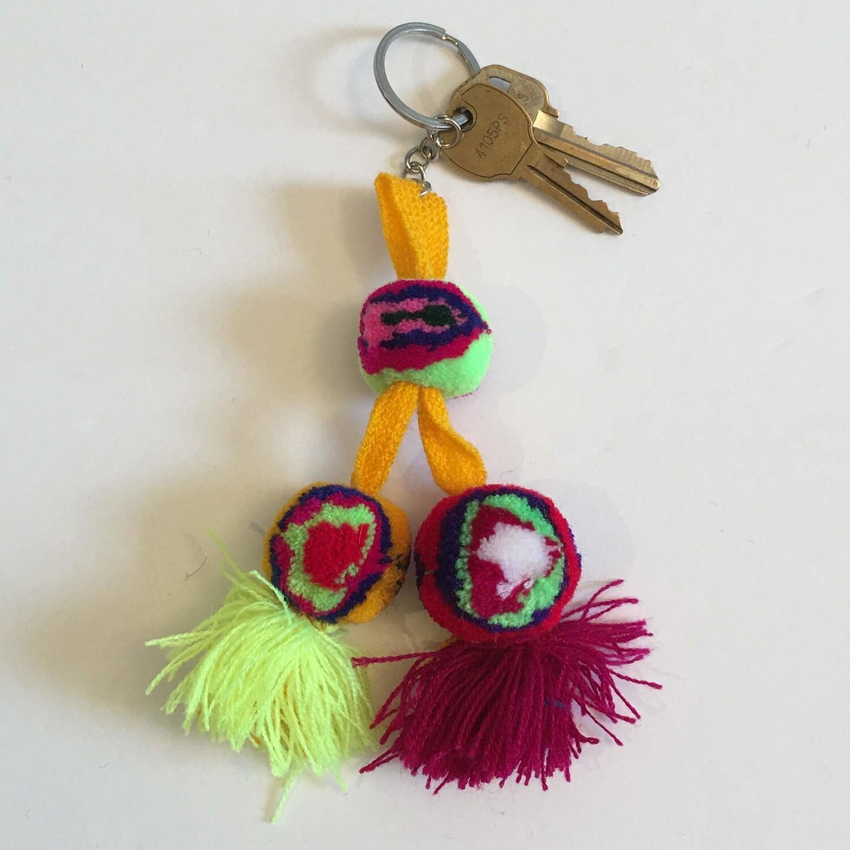 Porte-clés à pompons en laine fait à la main avec cordon jaune