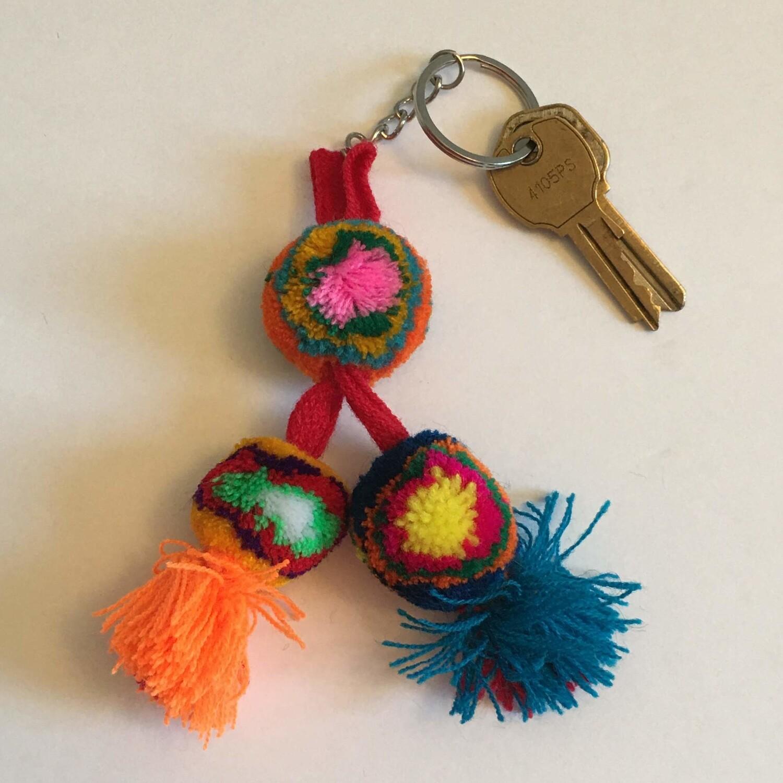 Porte-clés à pompons en laine fait à la main avec cordon rouge