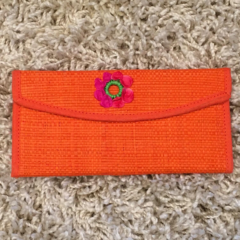Portefeuille orange tissé en fibres naturelles