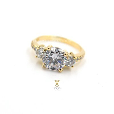 Three-Stone Ring with side Stones in 18 K Yellow Gold