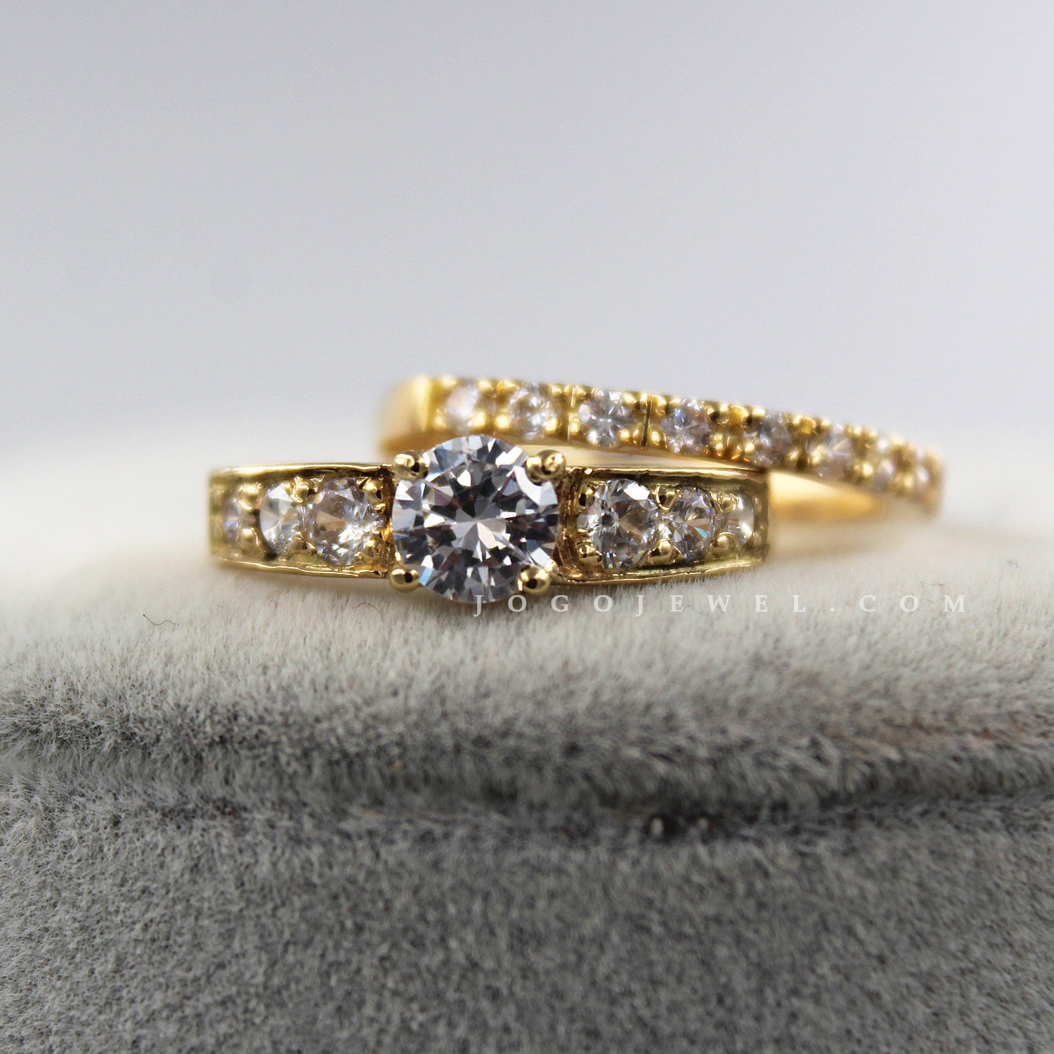 Solitaire Ring and Matching Band in 18k Yellow Gold