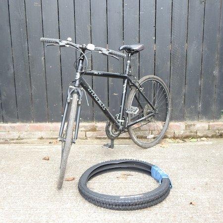 Lot 24,   A Trek gents hybrid bicycle  50/80