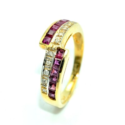 18k Yellow Gold Ring with Ruby 0.85 carat total and Diamond 0.07 carat total