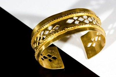 Brazalete Precolombino sencillo con perforado central y relieve
