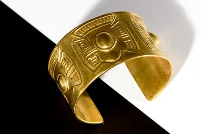 Brazalete Precolombino ancho simple con relieve de pectoral