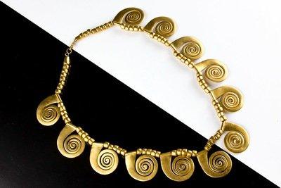 Collar precolombino dorado espirales