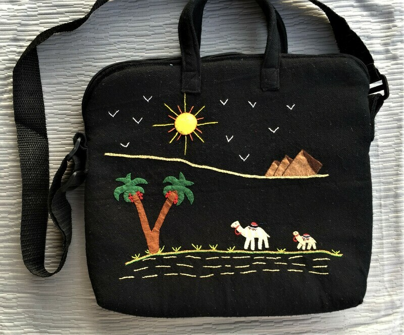 Laptop bag Black: Camels near the Pyramids