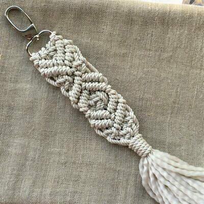 Keychain: hand made macramé, off-white