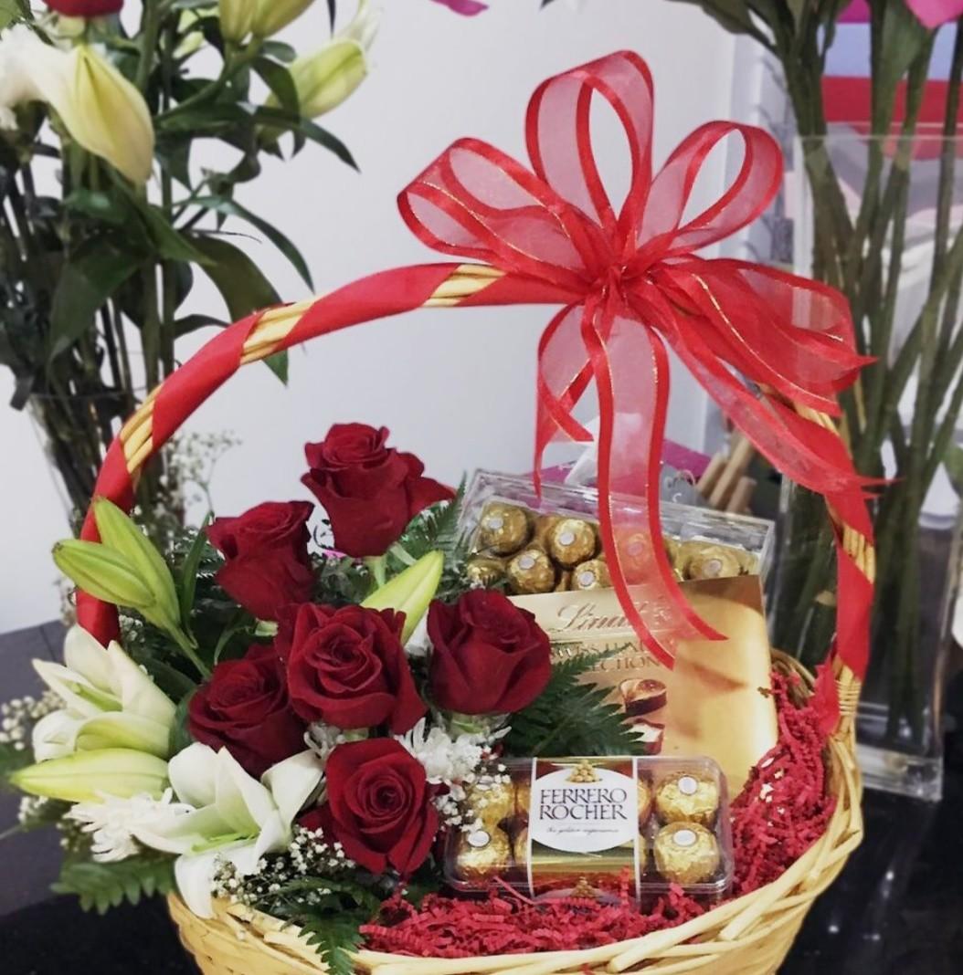 """Корзина цветов с конфетами """"Рошен"""""""