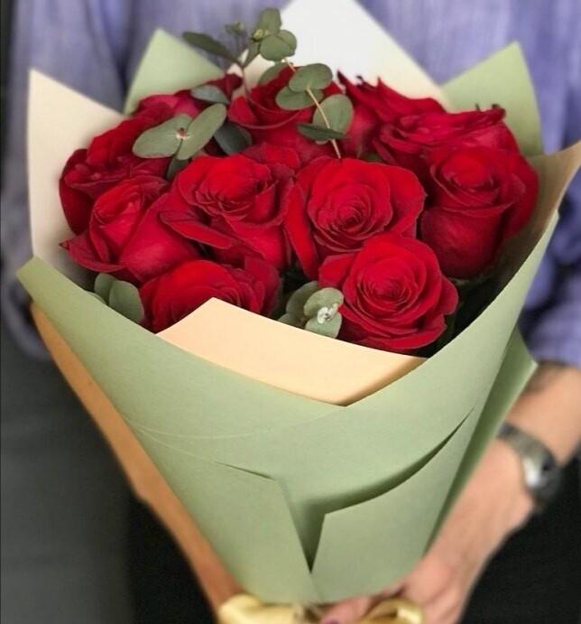 11 роз с эвкалиптом