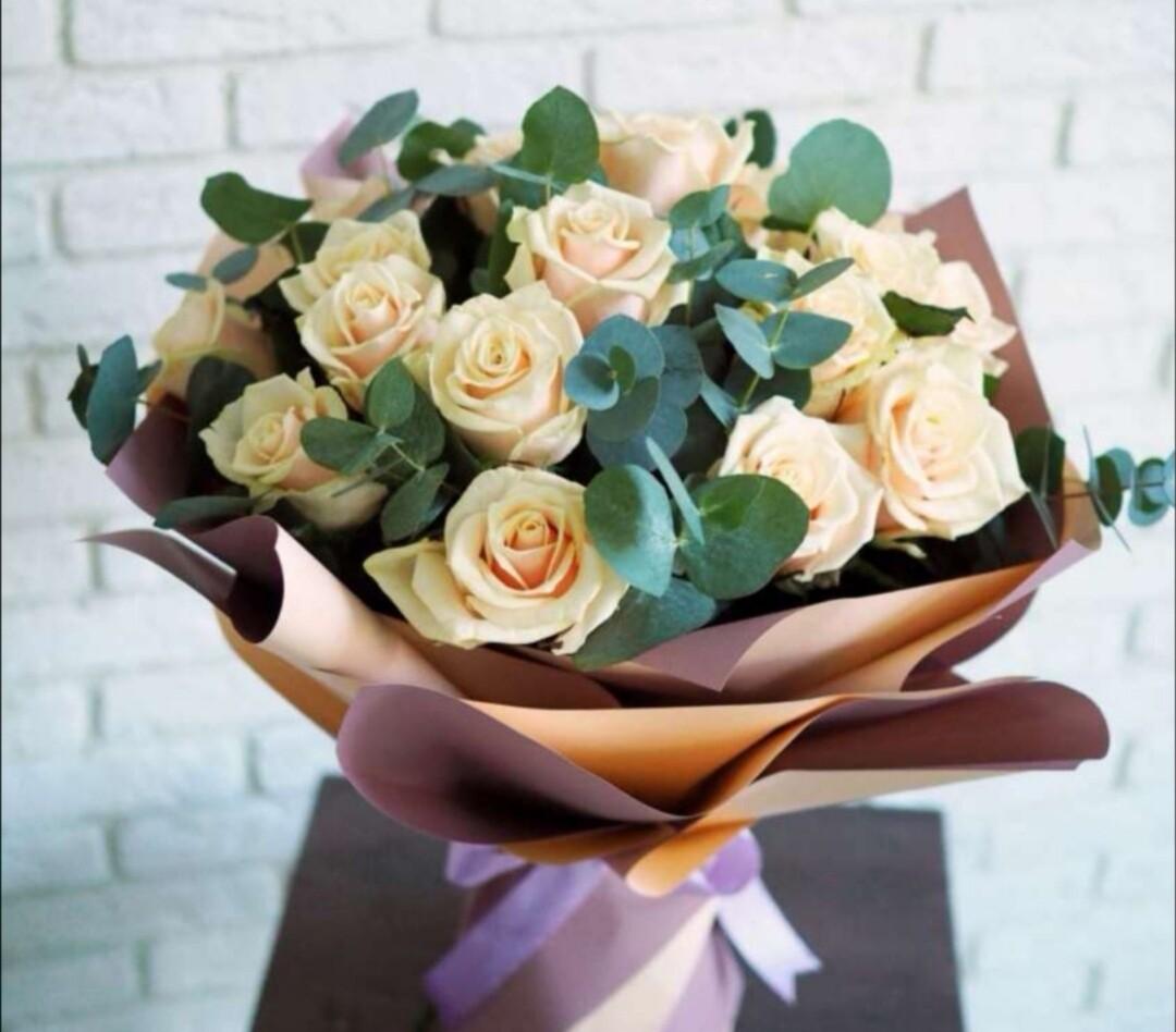 19 персиковых роз с эвкалиптом