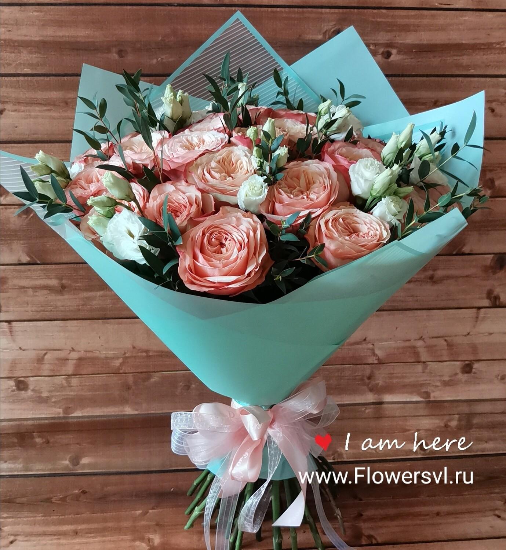 23 пионовидных розы с лизиантусом и эвкалиптом