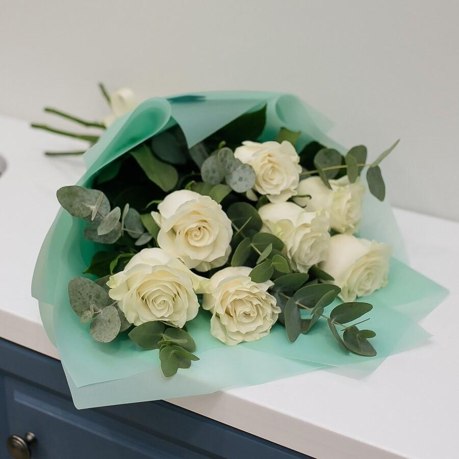 Белые розы с эвкалиптом