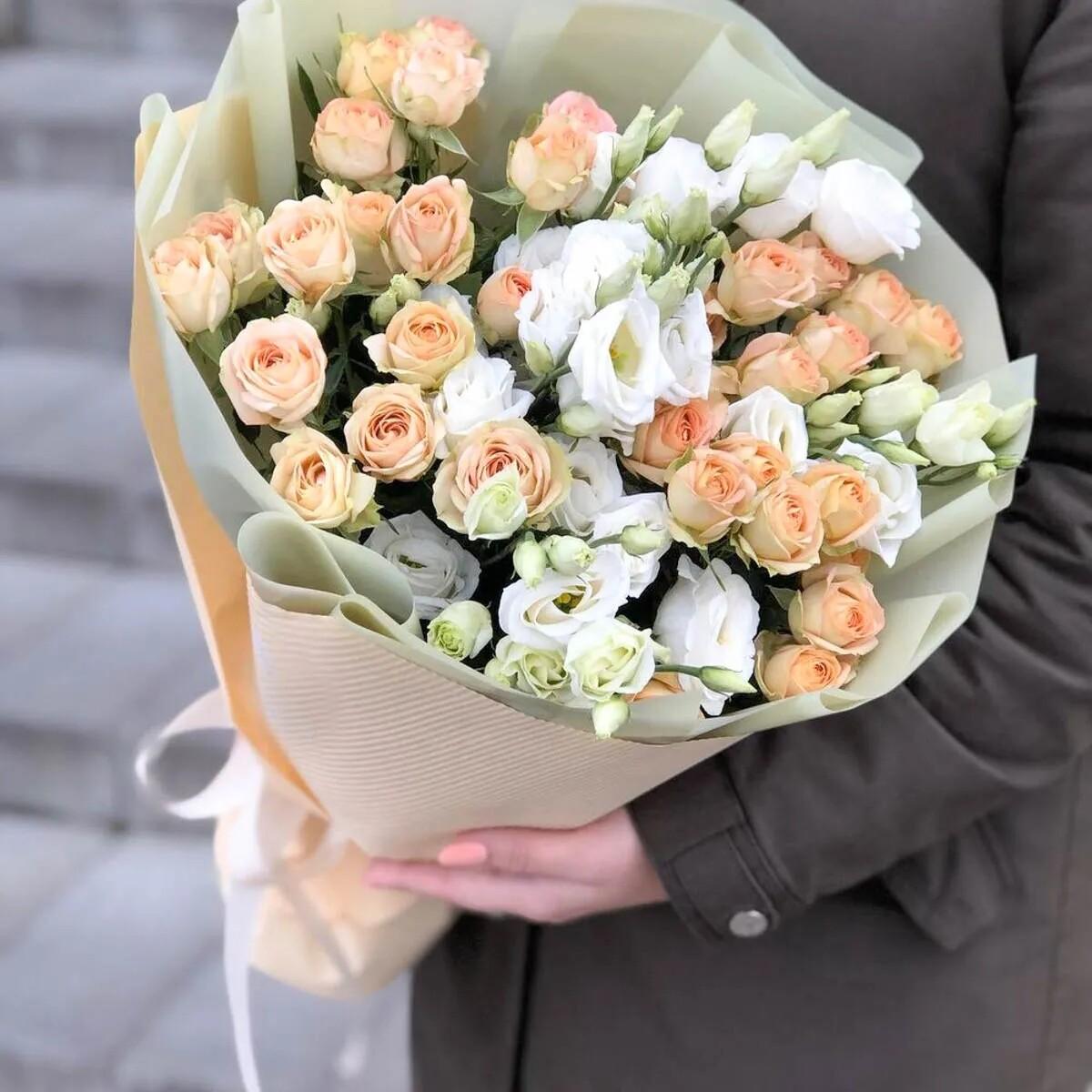 Букет кустовых роз с эустомой
