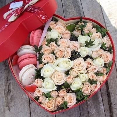 Сердце с розами и макарунами