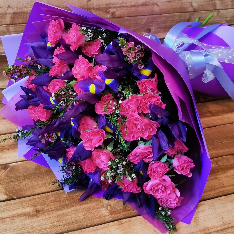Розы с ирисом