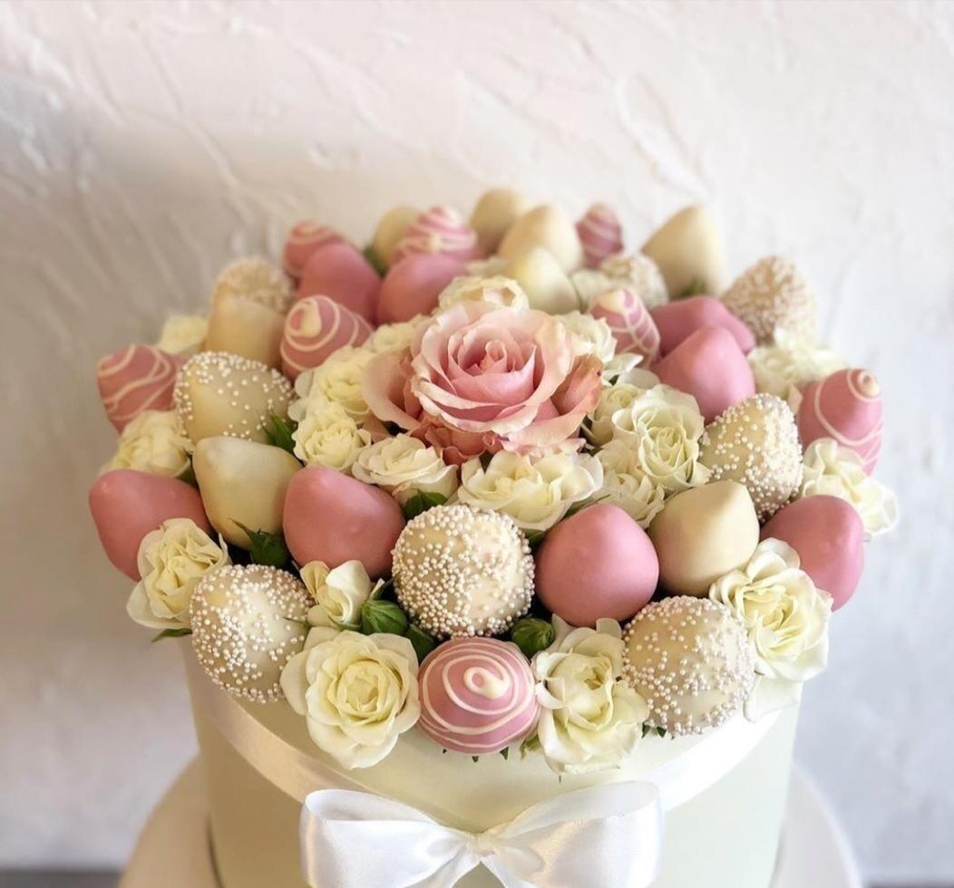 Коробочка клубники в шоколаде и роз