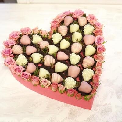 Сердце из клубники и цветов