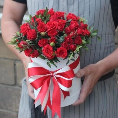 Краснце кустовые розы в коробке