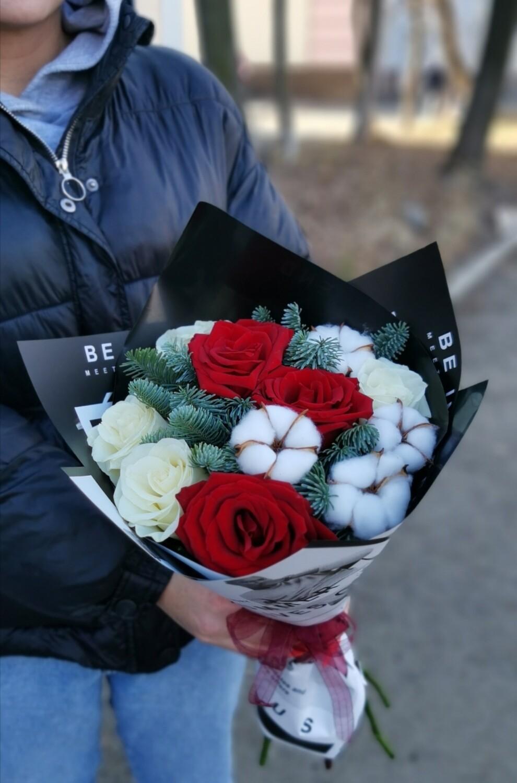 Розы с канадской елью (нобилис)