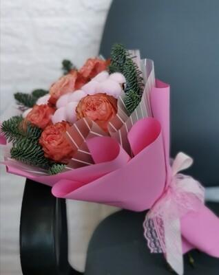 Пионовидная роза с нобилисом и хлопком