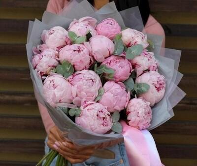 15 розовых пионов с эвкалиптом