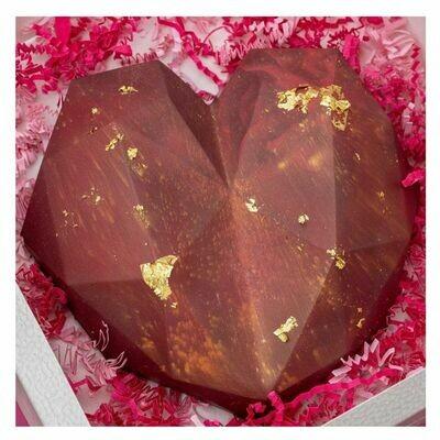 Chocolate rojo en forma de corazon quebrable