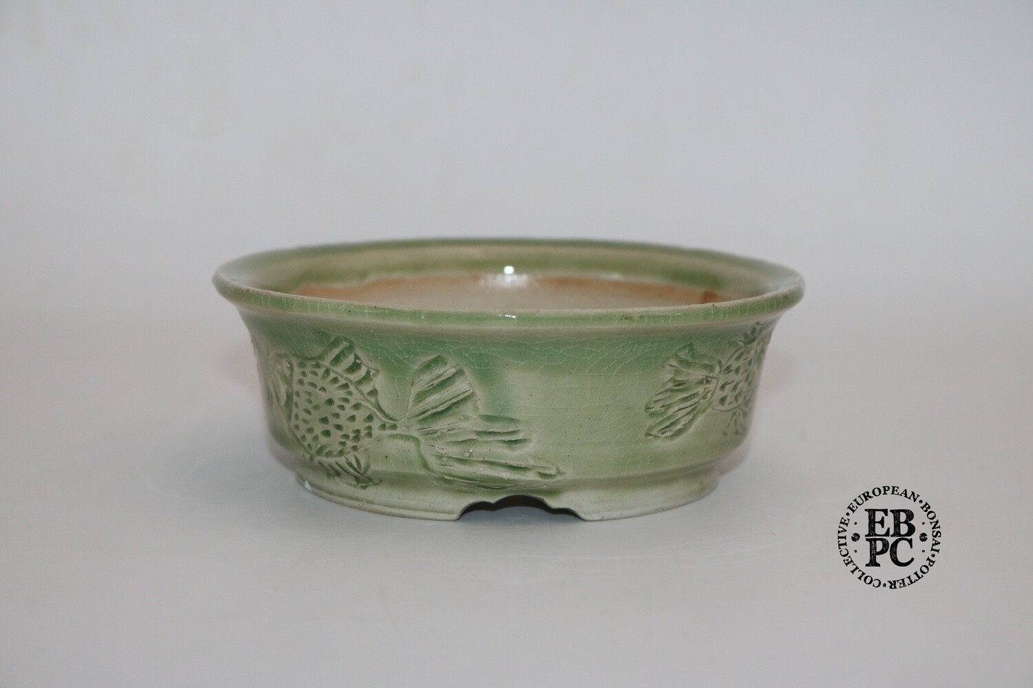 Terre en Vadrouille - 13.1cm; Shohin; Round; Carved Fish; Celadon / Translucent Green;