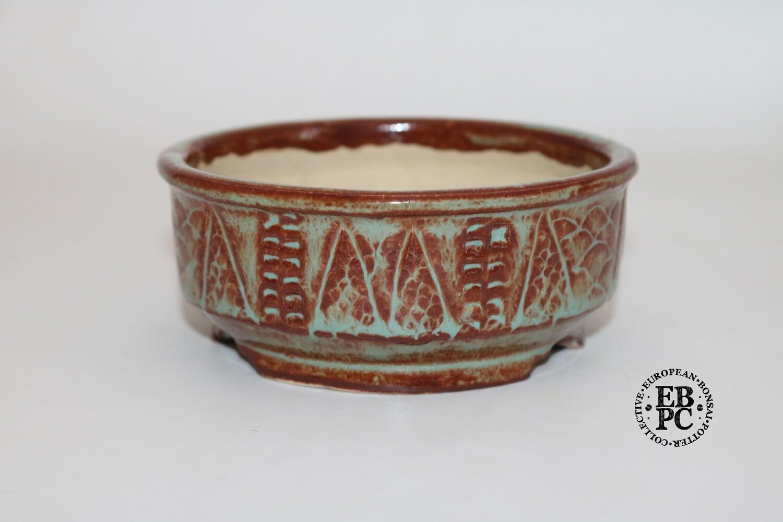 Terre en Vadrouille - 12.6cm; Shohin; Round; Textured; Light Green & Oxblood Red; Carved Patterns