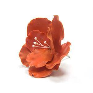 готовое фигурное украшение в виде цветка из сахарной массы красное. Длина: 8 см