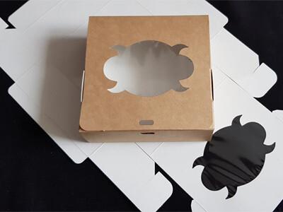 Коробка для пирожных крафт/белый с фигурным окном 14х14х5