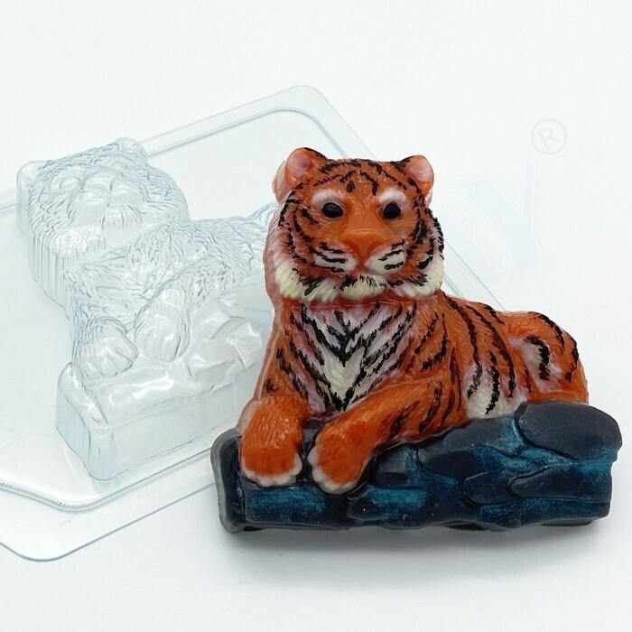 Форма пластиковая Тигр лежит на камнях