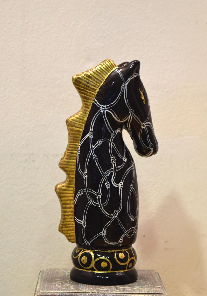 Скулптура Коњ со златна грива
