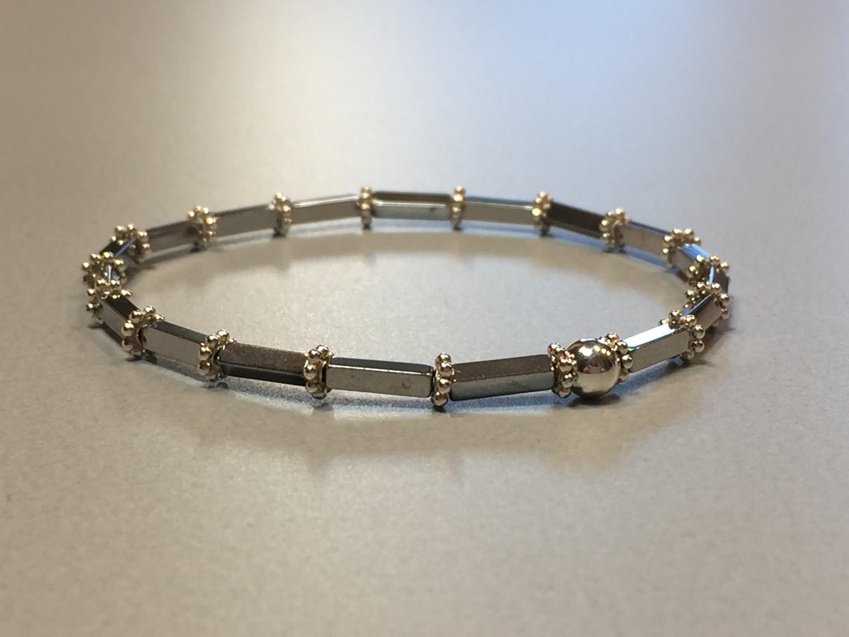 Elastisches Armband Hematit und Silbercharms