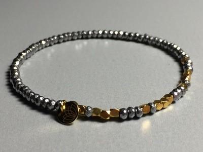 Elastisches Armband Hematit und Silbercharms vergoldet