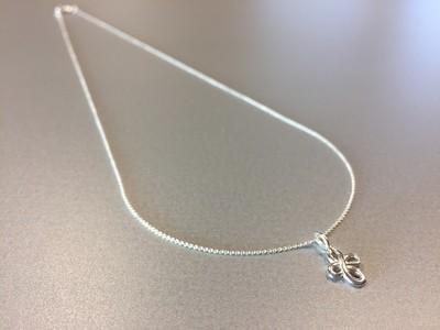 Zarte kurze  Kette mit Endlosknoten Silber