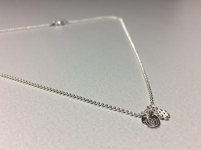 Halskette mit Blümchen und Lotusplättchen Silber