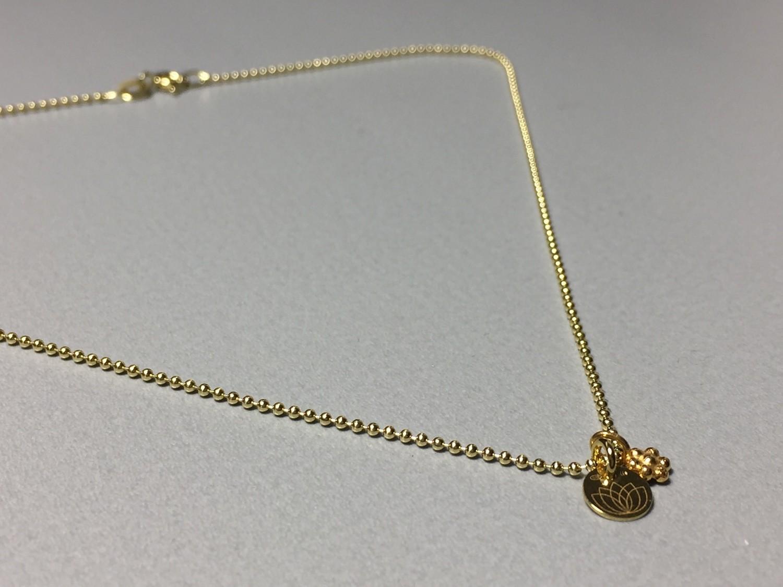 Halskette mit Blümchen und Lotusplättchen Silber vergoldet